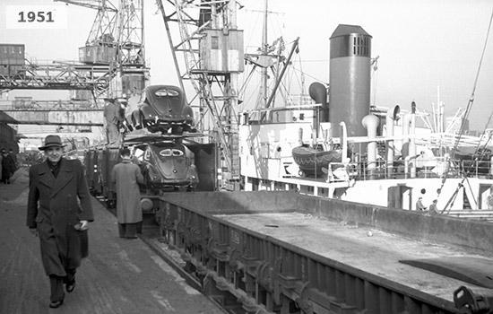 Das Bild zeigt den Hafenumschlag im Hafen in Steinwerder um 1951. Zu sehen sind VW-Käfer, die verladen werden.