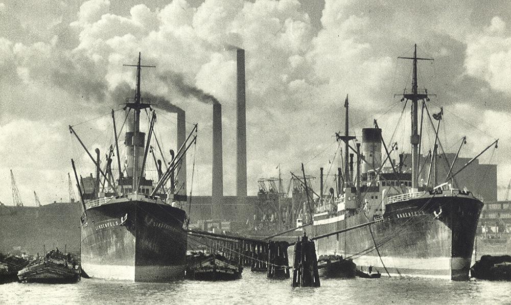 Das historische Bild zeigt zwei Dampfschiffe, die vor dem zukünftigen Areal von Steinwerder Süd liegen.